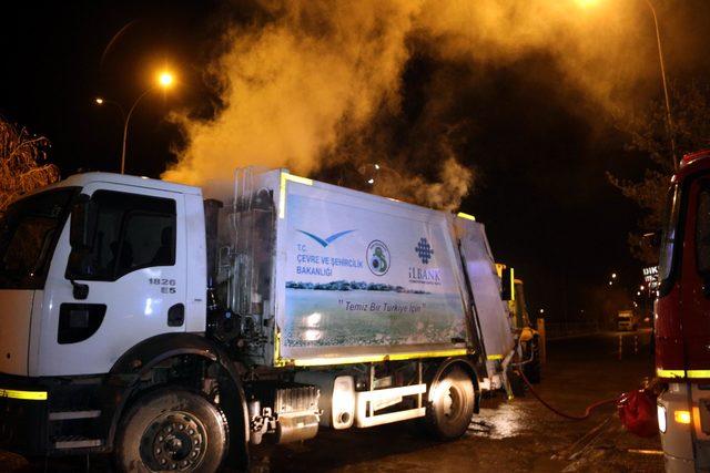 Çöp toplama kamyonu, itfaiye önünde alev aldı