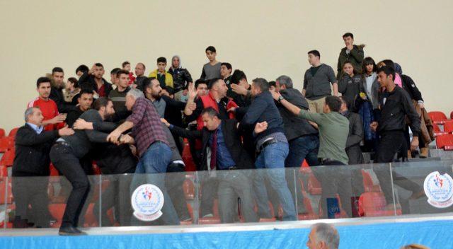 Kayseri derbisi olan voleybol maçında arbede çıktı