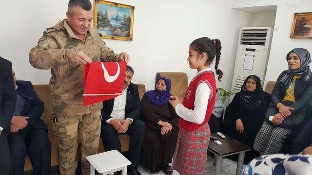 AK annelerden güvenlik güçlerine moral ziyareti