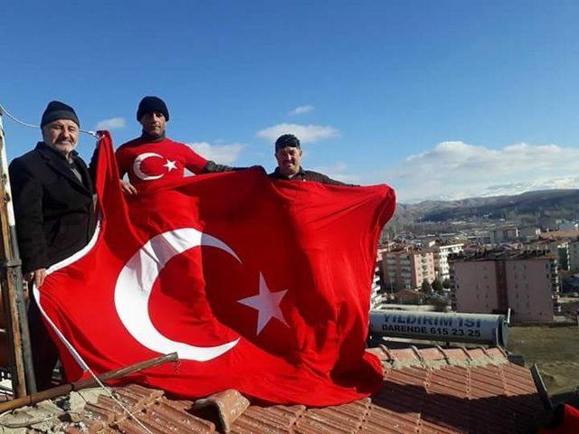 Darendeli kapıcıdan Mehmetçik ve polise pastalı destek