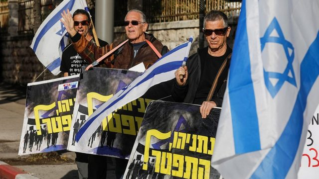 Protestocular Netanyahu'nun konutunun önünde dün istifa çağrısı yaptı.