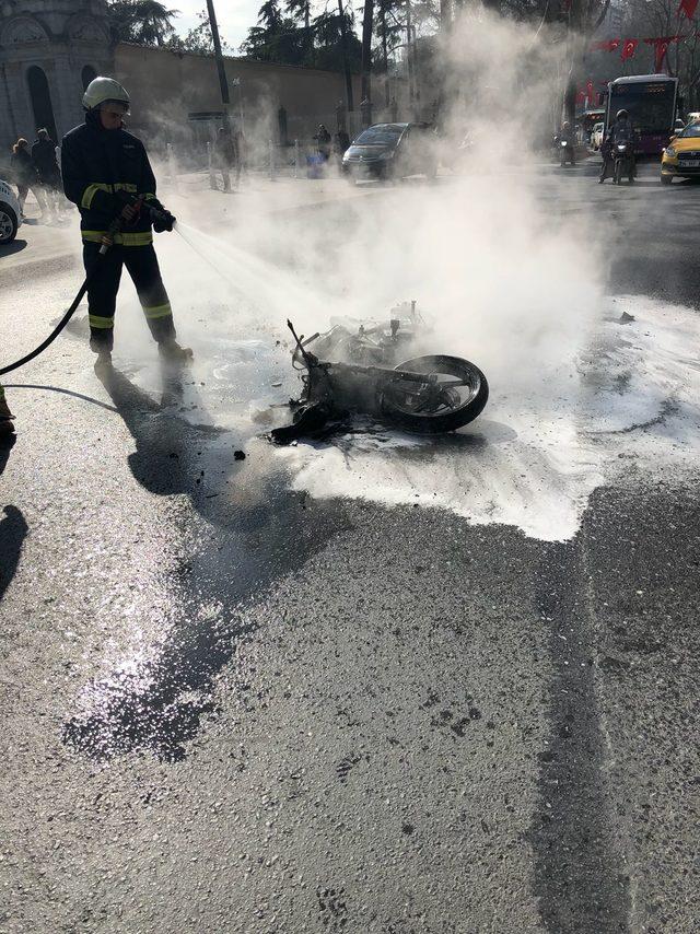 Dolmabahçe Sarayı önünde motosiklet yandı (1)