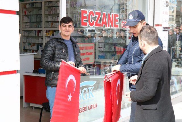Belediye'den STK'larla birlikte Türk Bayrağı dağıtımı