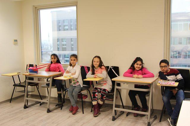 İlkokul öğrencileri İngilizce'yi üniversitede öğreniyor