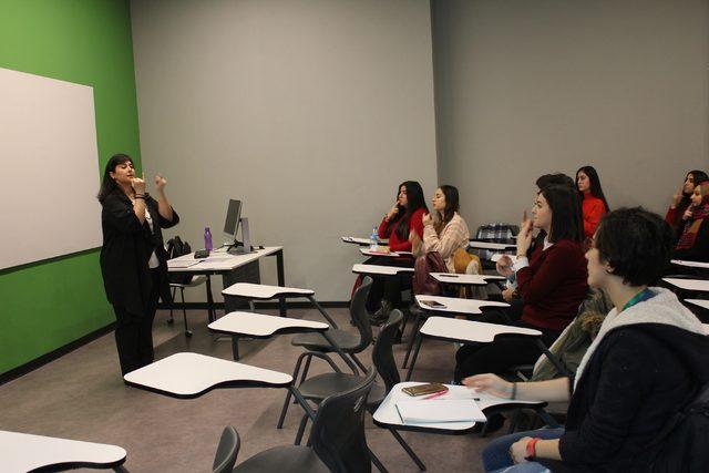 Üniversiteliler engelleri kaldırmak için işaret dili eğitimi alıyor