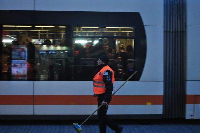 Tramvayın altına bir cisim sıkıştı, seferler aksadı