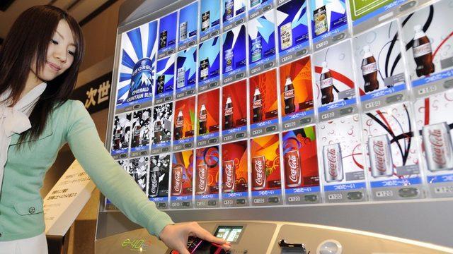 Coca-Cola Japonya pazarına her yıl onlarca yeni ürün sürdüğünü söylüyor.