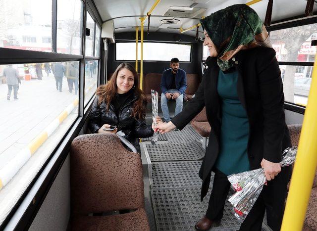 Van Büyükşehir Belediyesi, Kadınlara Karanfil Dağıttı ile ilgili görsel sonucu