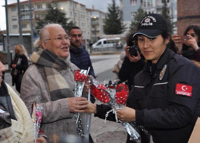 Polisten, eylemci kadınlara karanfil