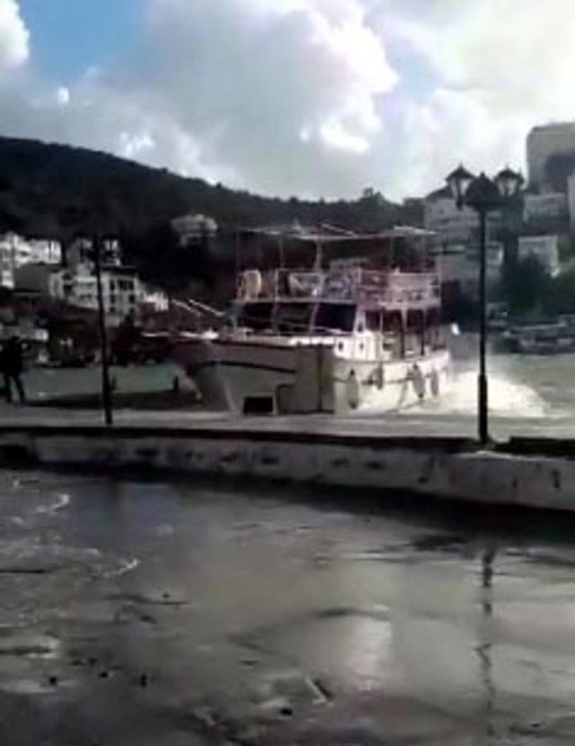 Karaya sürüklenen tekne kurtarıldı