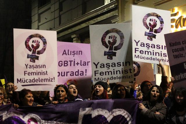 Kadınlardan İstiklal Caddesi'nde büyük yürüyüş(GENİŞ HABER)