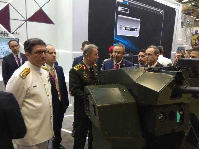 Genelkurmay Başkanı Orgeneral Akar, Katar 'da Türk firmalarının stantlarını gezdi