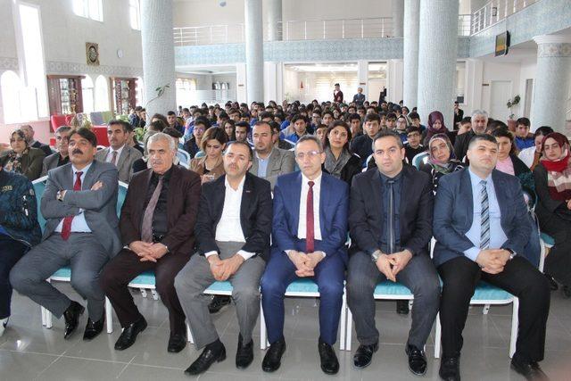 """""""Mehmet Akif ve İstiklal Marşı """" konferansı düzenledi"""
