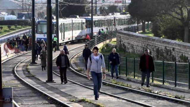 topkapi-da-ayni-bolgede-tramvay-yine-raydan-cikti-11004597