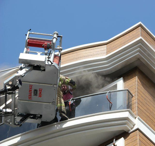 Yanan evin balkonundaki kız çocuğu itfaiye tarafından kurtarıldı