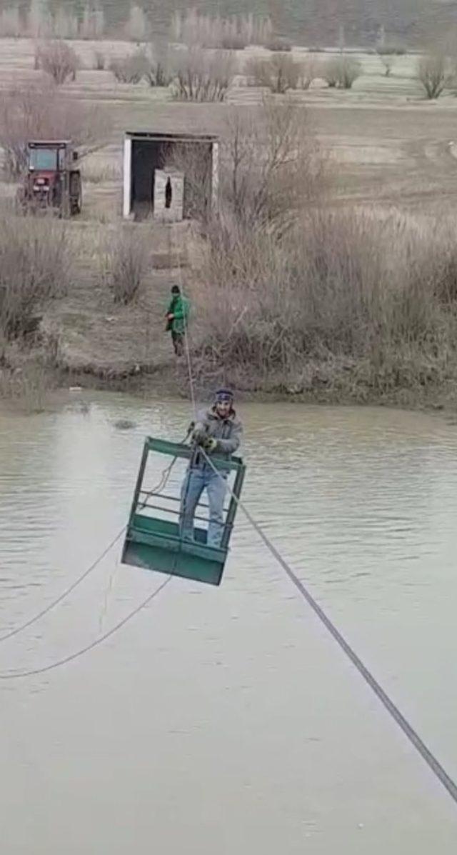 Aras Nehri 'ni ilkel teleferikle geçiyorlar