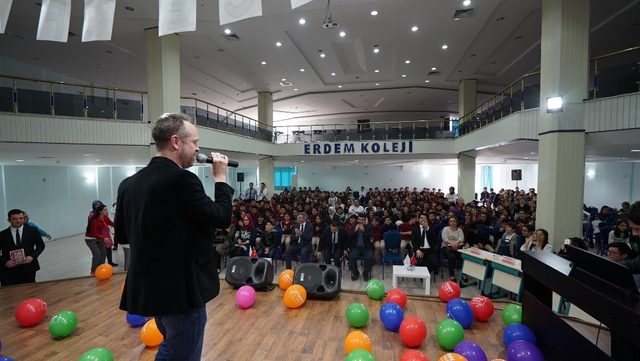 Erdem Kolejinde İngilizce şarkı yarışması
