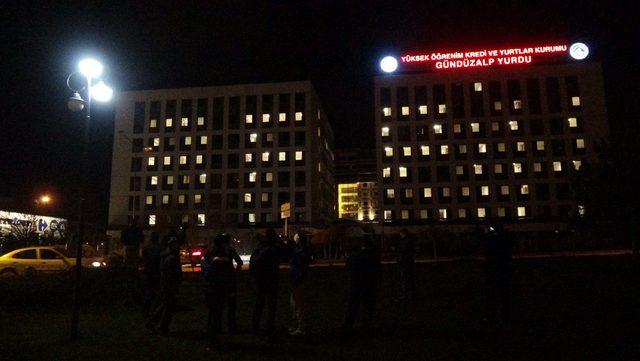 Öğrenci yurdu binasında pencere ışıklarıyla 'Afrin' yazısı