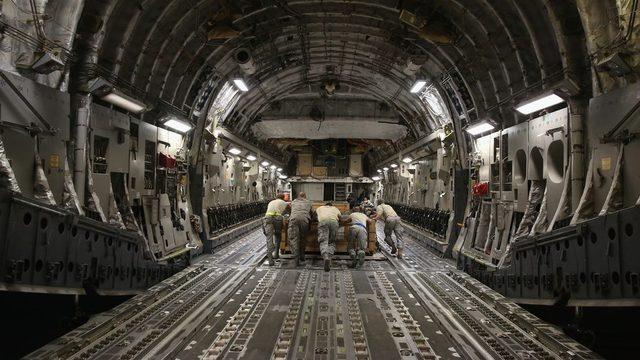 C17 askeri nakliye uçağının kargo bölümü.
