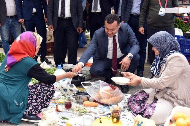 Başkan Yücel, lokum ve su kabağı fidesi dağıttı