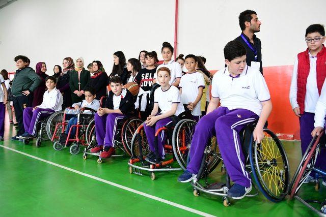 Öğrenciler bir günlerini engellilerle geçirdi