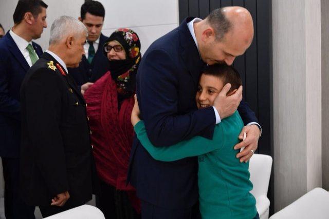 İçişleri Bakanı Soylu hastanede tedavi gören askerleri ziyaret etti