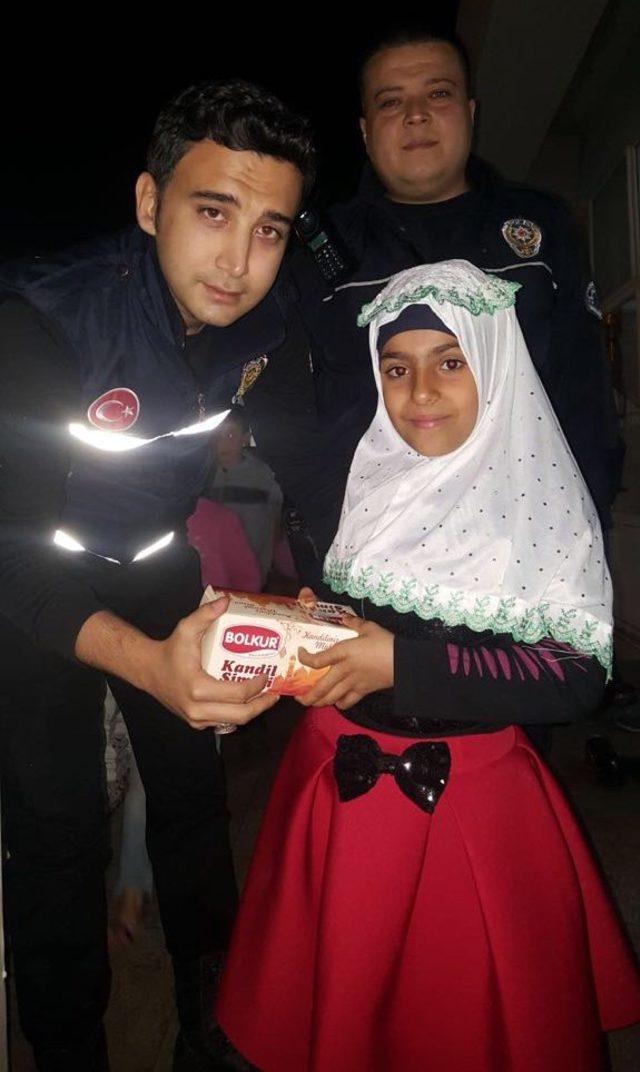 Cizre'de polis vatandaşlara kandil simidi dağıttı