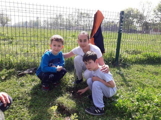 Minikler fidanları toprakla buluşturdular