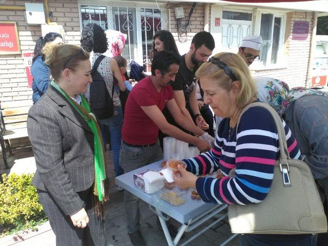 Yenikent Muhtarı Nezahat Nazik'ten lokma ikramı