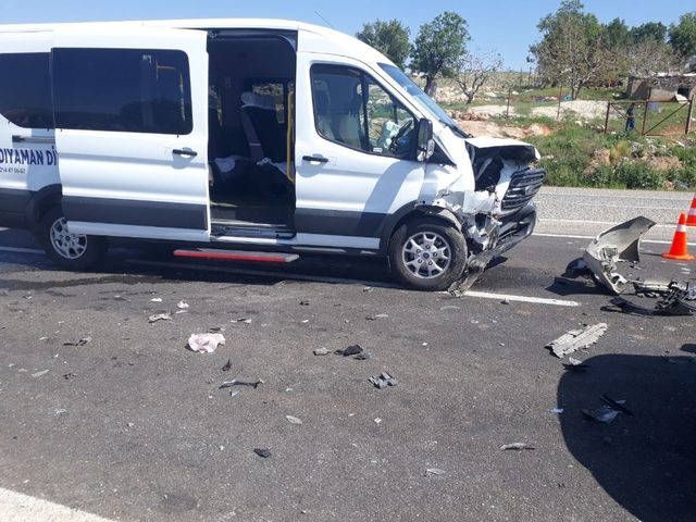 Minibüs ile otomobil çarpıştı: 10 yaralı