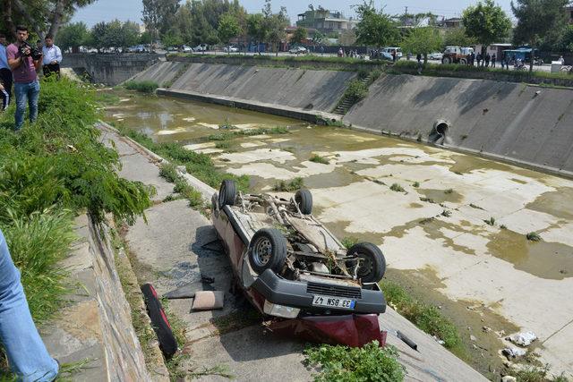 Otomobil yürüyüş yoluna düştü: 2 yaralı