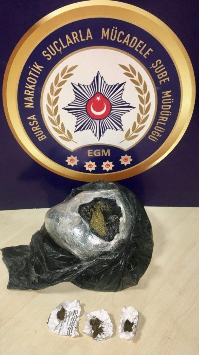4 suçtan aranan kadın narkotik polisinden kaçamadı