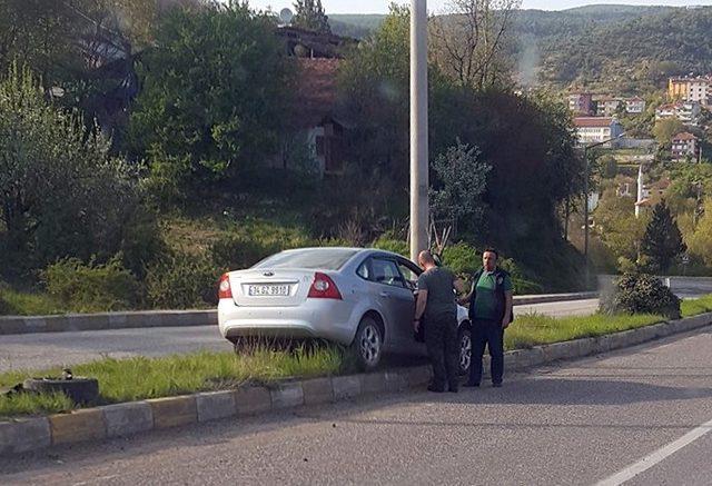 Yoldan çıkan otomobil refüjde ağaca çaptı: 4 yaralı