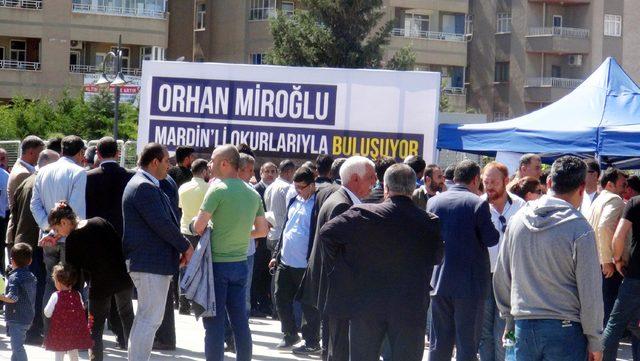 Mardin'de imza gününde Orhan Miroğlu'na yoğun ilgi