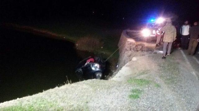 Otomobil gölete düştü;2 ölü, 2 yaralı