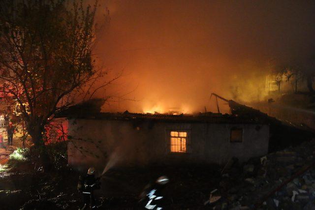 Tek katlı bina ve garajındaki otomobil yandı