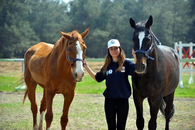 Atçılık okulunun kız öğrencileri