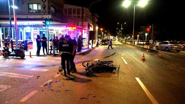 Kavşakta, motosikletle otomobil çarpıştı: 3 yaralı