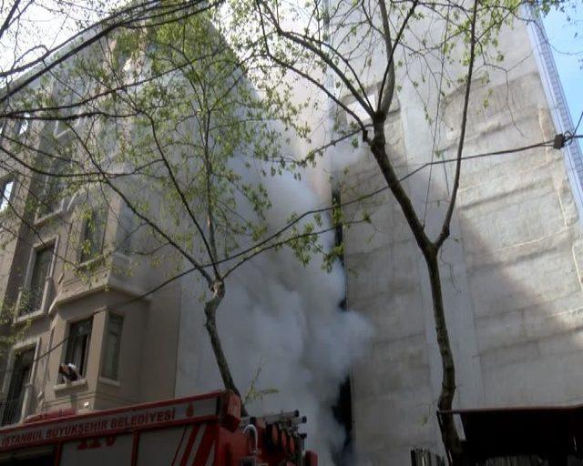 Beyoğlu'nda korkutan yangın