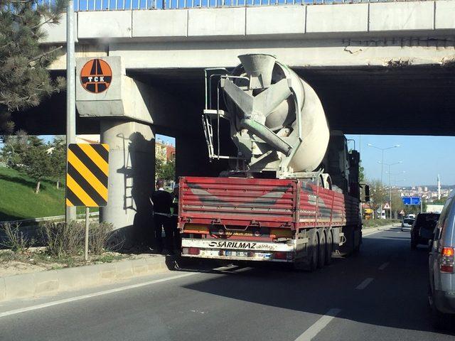 Beton mikseri köprüye takıldı
