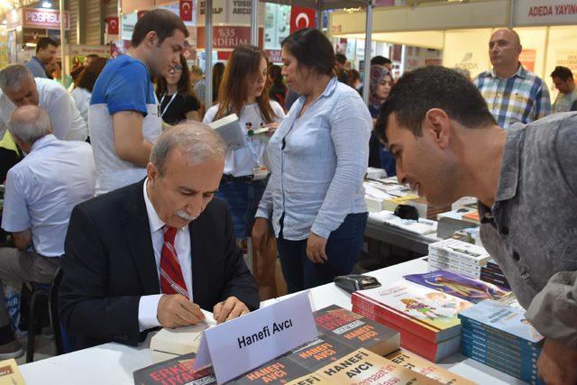 Hanefi Avcı, kitap imzaladı, gündemi yorumladı
