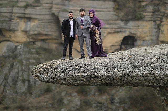 Kanyon üzerindeki 'taş teras'ta heyecan dolu poz