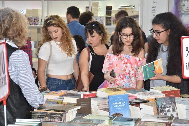 İzmirliler kitaba koştu