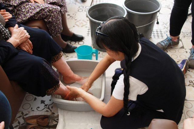 Japonya'dan gelip yaşlıların ayaklarını yıkadı