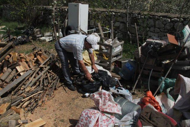 15 yıldır doğadaki çöpleri toplayıp satıyor, parasıyla fidan alıp dikiyor