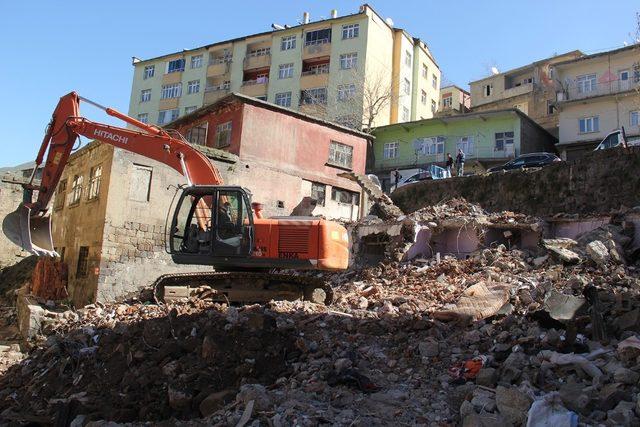 Bitlis'teki metruk binalar yıktırılıyor