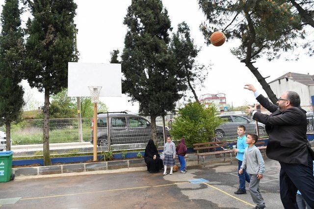 Başkan Üzülmez çocuklarla basketbol oynadı