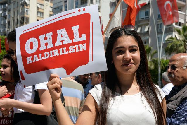 Adana'da CHP'lilerden OHAL'e karşı oturma eylemi