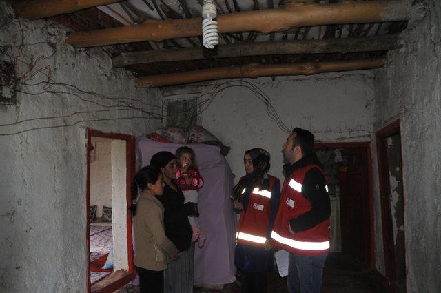Derme çatma evde korku içinde yaşayan aileye devlet sahip çıktı