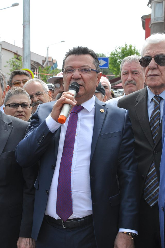 Eskişehir'de CHP'liler oturma eylemi yaptı